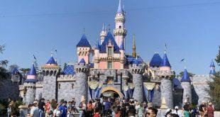 ديزني لاند تعيد فتح أبوابها أمام الزوار بعد الاغلاق لمدة أربعة أشهر