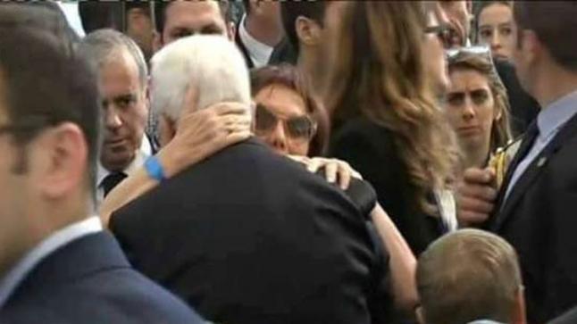 """بالصور.. محمود عباس يحتضن أبنة """"شمعون بيريز"""" وأرملته ويبكي خلال جنازته"""