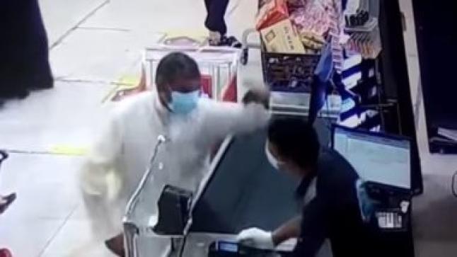 """""""الكشير المصري"""" يروي تفاصيل اعتداء مواطن كويتي عليه بالصفع"""