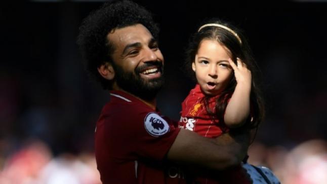 محمد صلاح يحتفل برفقة ابنته وزوجته على ملعب الآنفيلد بجائزة الحذاء الذهبي